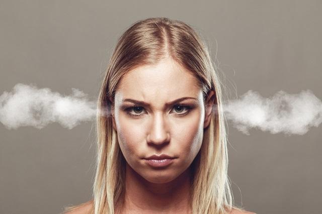 kobiecie dymi z uszu