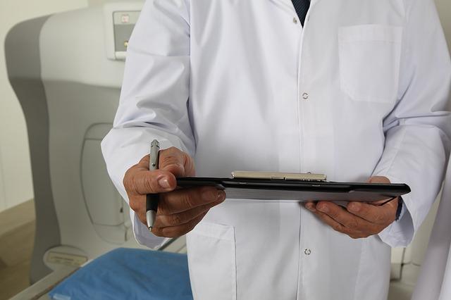 lekarz z wynikami badań
