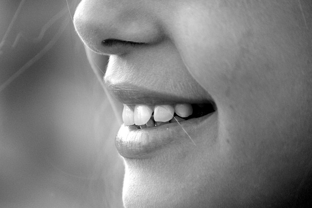 uśmiech odsłaniający zęby