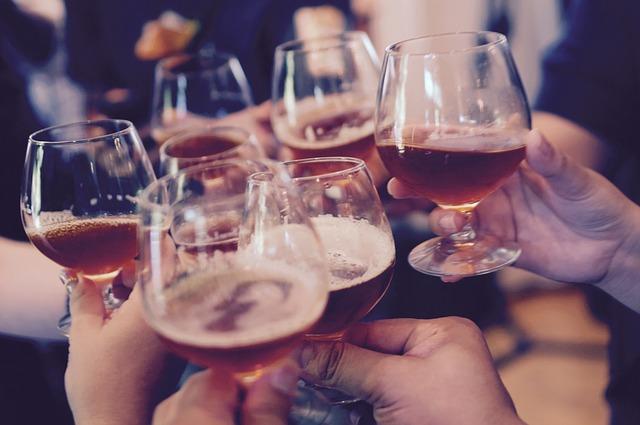 toast wzniesiony winem