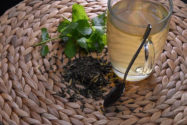 Herbatka ziołowa w szklance