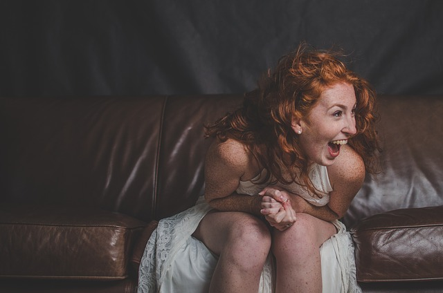 ruda kobieta się śmieje