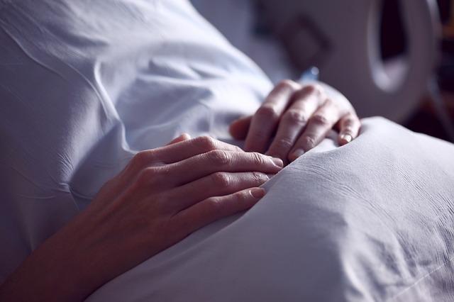 Osoba z rękami na brzuchu