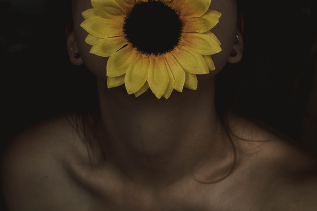 Kobieta z odsłoniętą szyją
