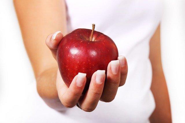 Czerwone jabłko w ręce