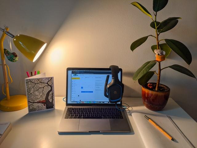 Światło w pokoju z komputerem